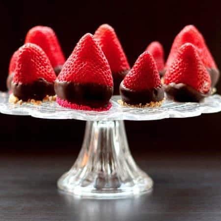 Chocolate Covered Cheesecake Strawberries | cupcakesandkalechips.com | #dessert #valentinesday #glutenfree