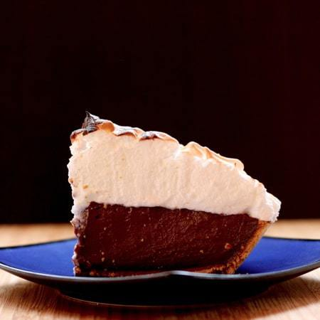 S'Mores Pudding Pie - the campfire classic in pie form with a graham cracker crust, Hershey's Milk Chocolate pudding and marshmallow merengue | cupcakesandkalechips.com #smores #pie