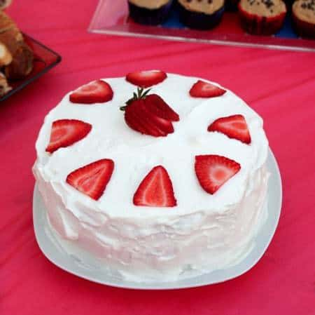 Strawberries & Cream Cake | @CupcakeKaleChip #strawberries #whippedcream #cake #dessert