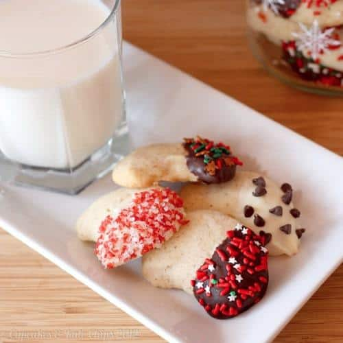 Almond Crescents | cupcakesandkalechips.com | #cookies #christmascookies #almonds