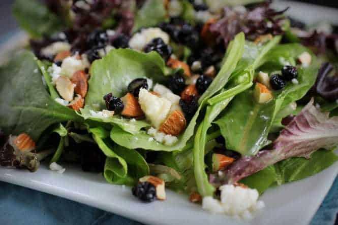 Blueberry Almond Salad with Fresh Orange Vinaigrette - Guest Post from pepperlynn.com | cupcakesandkalechips.com #salad