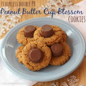 Flourless, gluten free, super peanut buttery cookies, topped with a peanut butter cup for a double dose of peanut butter! | cupcakesandkalechips.com