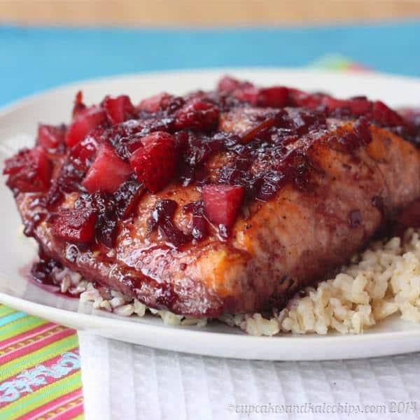 Five-Ingredient Strawberry Red Wine Glazed Salmon | cupcakesandkalechips.com | #seafood #glutenfree #strawberries