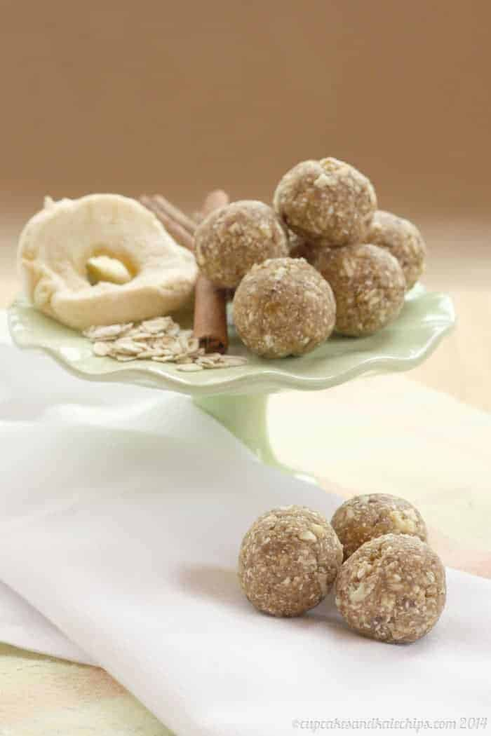 Cinnamon Caramel Apple Energy Balls - a healthy four ingredient lunchbox or after school snack for kids!   cupcakesandkalechips.com   #glutenfree #vegan #nutfree