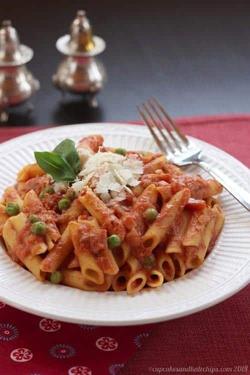 Lightened-Up Penne and Tomato Cream Sauce with Peas & Prosciutto | cupcakesandkalechips.com | #pasta #glutenfree option