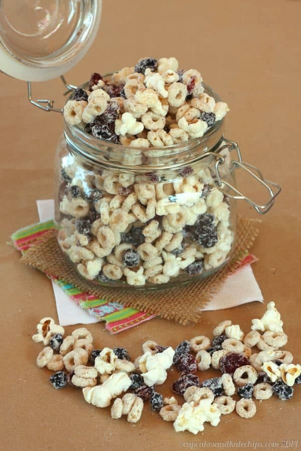 Very Berry Frosted Cheerios & Popcorn Snack Mix makes a great movie snack! | cupcakesandkalechips.com | #whitechocolate #chocolate #snacks