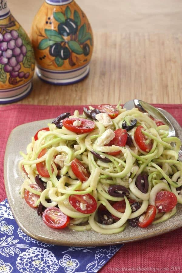 Zucchini Noodles Greek Salad - light and healthy Mediterranean zoodles | cupcakesandkalechips.com | #vegetarian #glutenfree #spiralizer