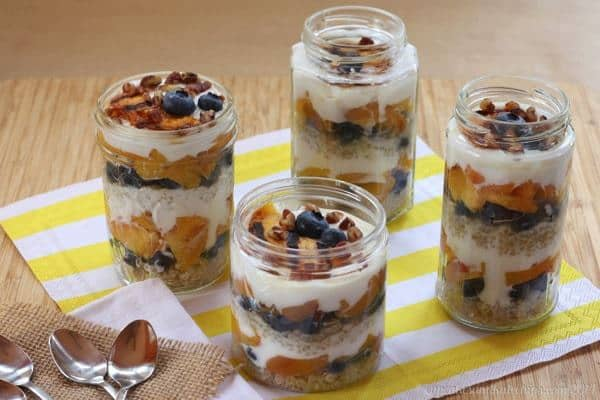 Blueberry & Grilled Peach Quinoa Parfaits - a healthy breakfast, snack or dessert! | cupcakesandkalechips.com | #glutenfree #greekyogurt