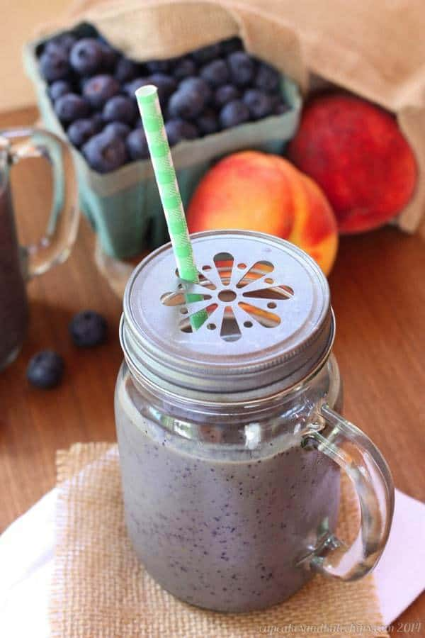 Blueberry, Peaches and Cream Green Smoothies - plus tips for freezing berries to enjoy summer fruits all year | cupcakesandkalechips.com | #healthy #glutenfree