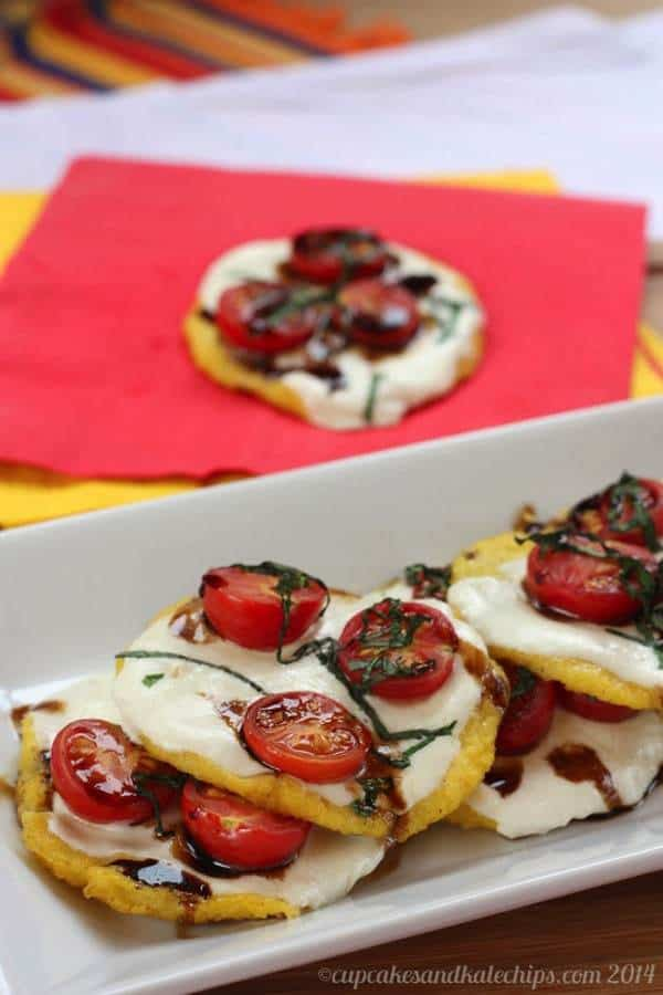 Mini Caprese Polenta Pizzas - tailgate in style with these fun appetizers! | cupcakesandkalechips.com | #glutenfree #vegetarian #pizza #appetizer