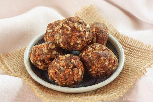 Peach Crisp Energy Balls are an easy, healthy snack with the nutty caramelized peach flavor of a favorite decadent dessert. Gluten free and vegan too! | cupcakesandkalechips.com