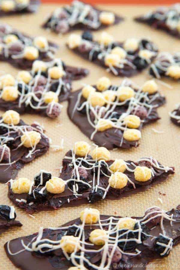 Swirled Berry Vanilla Puffs Chocolate Bark - a fun chocolaty, chewy treat that's so easy to make! Made with gluten free Cascadian Farm Berry Vanilla Puffs, and can be nut-free and vegan! | cupcakesandkalechips.com | #spon