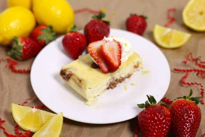 Crustless Lemon Strawberry Slow Cooker Cheesecake is a rich, creamy, and totally fantastic cheesecake recipe that is baked in the crockpot! | cupcakesandkalechips.com | gluten free