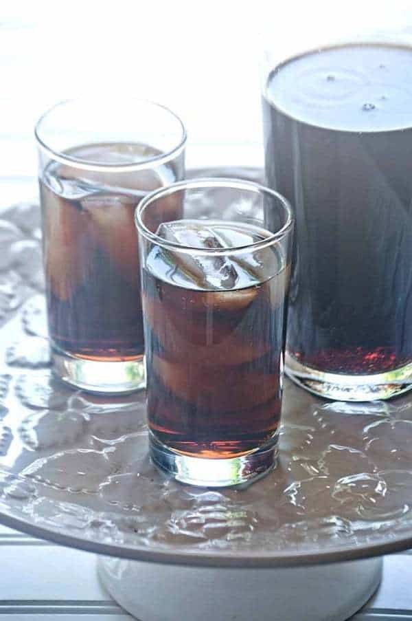 Cherry Vanilla Dirty Coke - an easy and refreshing cocktail to cool you off. A perfect summer cocktail! | cupcakesandkalechips.com