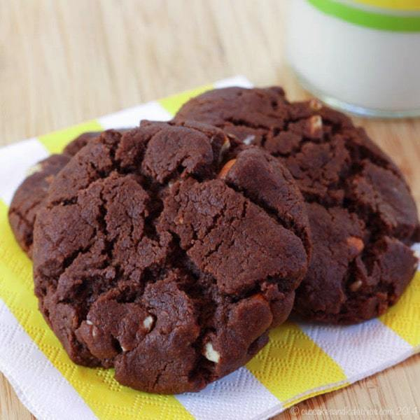 Flourless Chocolate Almond Cookies - rich, chocolaty cookies with nutty crunch. Plus naturally gluten free and dairy free. The kids will love these as a snack! | cupcakesandkalechips.com