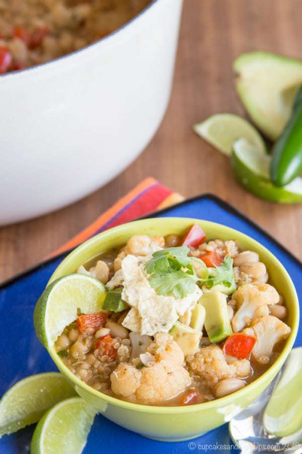 Cauliflower and Quinoa Vegan White Chili - for Meatless Monday or a vegetarian and dairy free addition to your big game tailgate menu, you'll satisfy the biggest appetites with this hearty recipe. | cupcakesandkalechips.com | gluten free, vegan