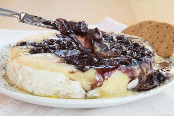 Balsamic Blueberry Baked Brie Recipe with Bacon - an ooey gooey cheesy appetizer recipe with the perfect combo of sweet and savory. A yummy party recipe! | cupcakesandkalechips.com | gluten free