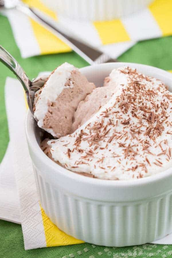 Gluten Free Mini Irish Cream Chocolate Mousse Pies - a decadent single-serving pie with an Irish Cream fudge bottom and a light and fluffy mousse, this simple boozy dessert recipe is perfect for St. Patrick's Day or any special occasion. | cupcakesandkalechips.com