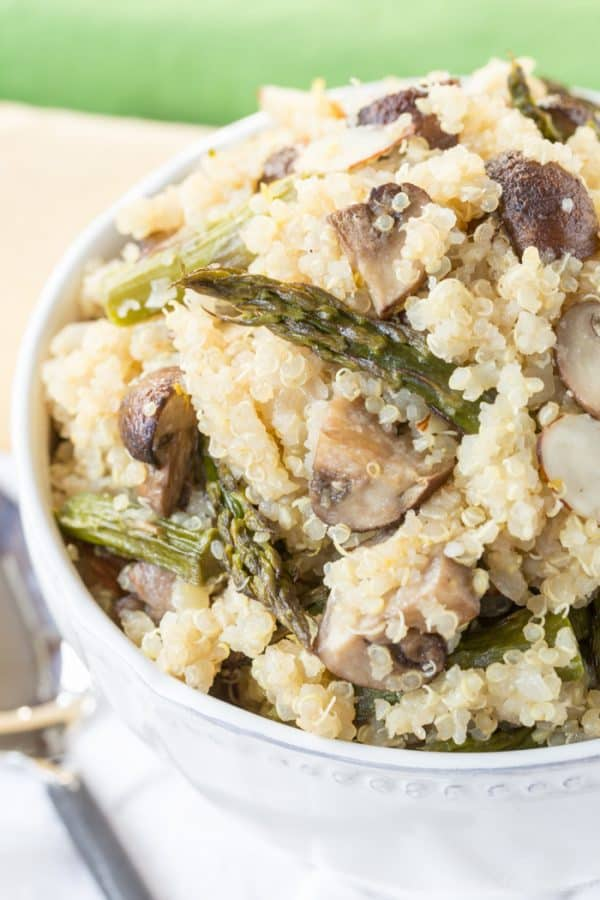 Roasted Asparagus and Mushroom Quinoa Pilaf - this simple recipe for a springtime side dish or meatless main is ready in less than thirty minutes. | cupcakesandkalechips.com | gluten free, vegetarian and vegan option