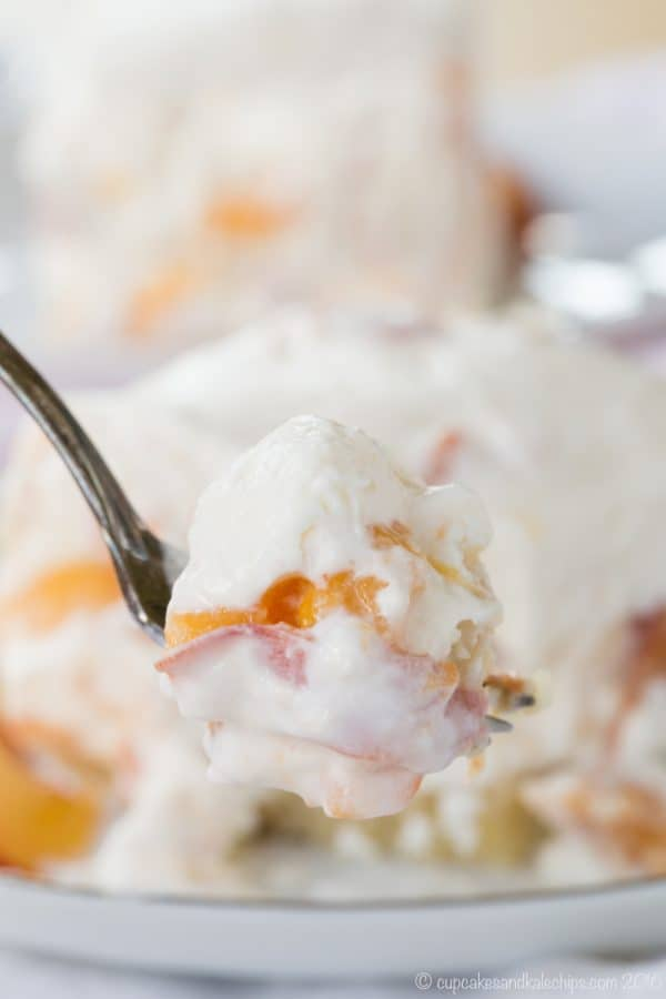Gluten Free No Bake Peach Cheesecake Bars - a creamy summer dessert recipe filled with fresh peaches and an easy almond meal crust. | cupcakesandkalechips.com