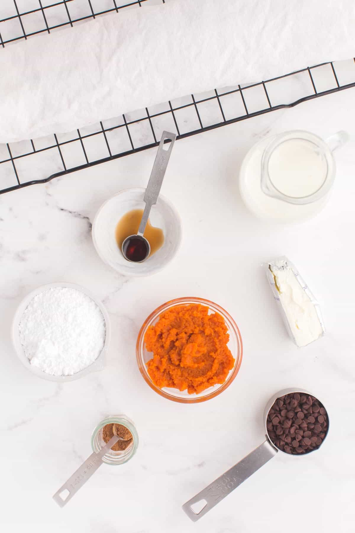Ingredients for pumpkin cheesecake filling in bowls
